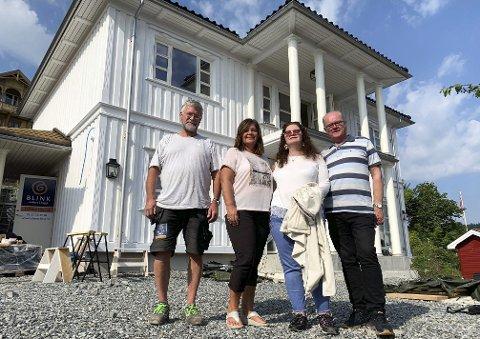 FIKK BESØK: Byggeplassleder Tore Gjærum (t.v.) og de andre snekkerne i Blink Hus fikk besøk av Linda Holien (Ap), Anja Ehmke (uavhengig) og Geir Gjømle (H) i stipend- og priskomiteen i Bamble tirsdag.