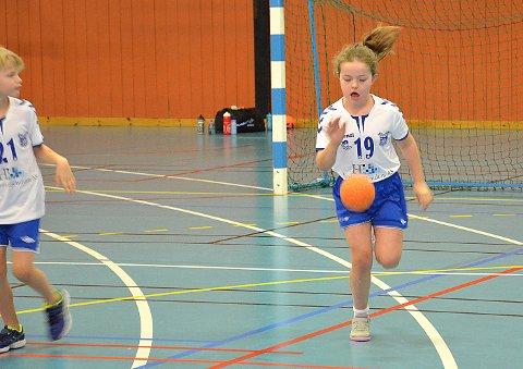 RASK OG EFFEKTIV: Anna Bjørnstad Gudim - syv år; åtte i neste måned, var både rask, god med ballen og skjøt mye; og godt. Hun hadde fått stor håndballforståelse allerede, sin unge alder til tross. FOTO: JO ERIK ASKERØI