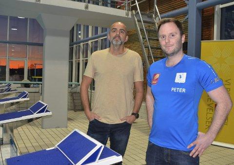 Rana svømmeklubb har et tresifret antall svømmere på venteliste. Styremedlem Carsten Rimer (t.v.) og leder Peter Wright argumenterer for mer tid i bassenget i flere år. Foto: Trond Isaksen