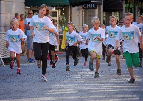 BarneGlimt: Full fart på Søndre torg under Barnas Ringeriksmaraton med T-skjorte og medalje som premier.