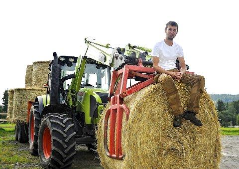 Du skal ikke langt unna Hønefoss før du får gårdslivet tett på. Per Christian Aurdal i forgrunnen.