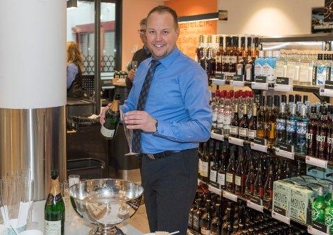 PÅ PLASS: I Vik Torg har nå Vinmonopolet åpnet utsalg. Daglig leder Stein Lobben er ansvarlig for utsalgene både i Jevnaker og Hole.