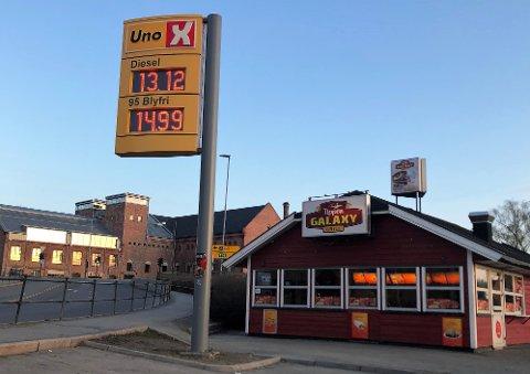 PRISKRIG: Noen tilbyr lavere priser enn andre, men flere bensinstasjoner i Hønefoss satte mandag morgen ned drivstoffprisene.