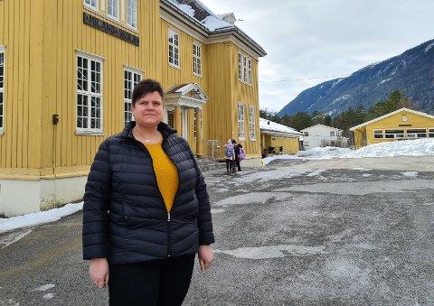 USERIØST: Elin Hersæther har to døtre som nå må begynne på skolen i Atrå. Hun som forelder mener det var feil å love fritt skolevalg dersom kommunen ikke kunne holde løftet.