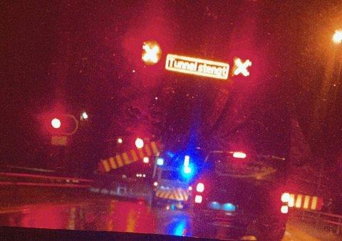 MÅTTE STENGES: I en periode i natt var begge løpene i Morskogtunnelen i Eidsvoll stengt etter at en bil kjørte inn i tunnelveggen.