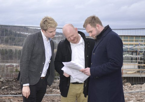 : Rikard Knutsen (f.v.) her sammen med partikolleger Espen Hansen Aspås og Christoffer Pederssen, er frustrert over Spikkestad kirke- og kultursenter.