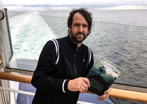 Dødsmorsom: I kjølevannet av levd liv, kom det ut en diktsamling om døden. Her er Billy Hem fotografert et sted i Østersjøen ombord i Kielferga.