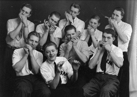 Et tidlig bilde av «Kvikk-Gutta» fra rundt 1942. Foran fra venstre: Ragnar Holtan, Odd Braa, Rolf Halvorsen og Gunnar Roggert. Bak fra venstre: Kjell Raastad, Einar Melsom, Leif Andersen, Kåre Kruge og Per R. Pedersen.