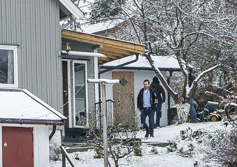 PST-aksjon: I begynnelsen av desember 2014 slo PST til mot en enebolig på Greåker. Nå er sønnen i huset dømt til åtte års fengsel for terrorvirksomhet, mens hans far må møte som tiltalt for terrorvirksomhet i Oslo tingrett i mai. FOTO: Thomas Andersen