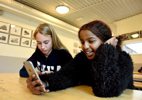 OVERRASKET; Amanda Celine Svendsen (14) og Sumeya Abdirahman Ali (14) tok SAs velgerhjelp. – Oi, det ble MDG, utbrøt Sumeya etter at alle spørsmålene var blitt besvart og svarene dukket opp på skjermen.