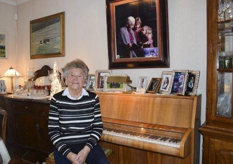 Synnøve Fjerdingen har gode minner fra oppveksten og livet i Askim, samtidig som forholdet til barn, barnebarn og oldebarn er nært. På stueveggen henger et staselig fotografi av hennes svigermor Inga Fjerdingen, som ble 106 år, og to av barnebarna til Synnøve. Og av Hellerud, gården hvor familien bodde i årene 1987-2007. Pianoet har hun også et nært forhold til.