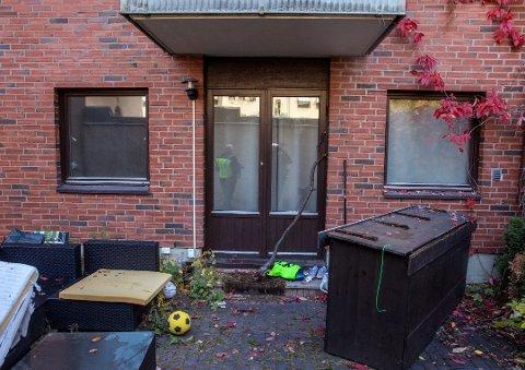 BODDE HER: 24-åringen fra Mysen bodde på bakkeplan i en leilighet på Majorstuen. Det spekuleres i om gjerningspersonen har klatret inn vinduet på leiligheten. Foto: Ole Berg-Rusten / NTB Scanpix Foto: Berg-Rusten, Ole