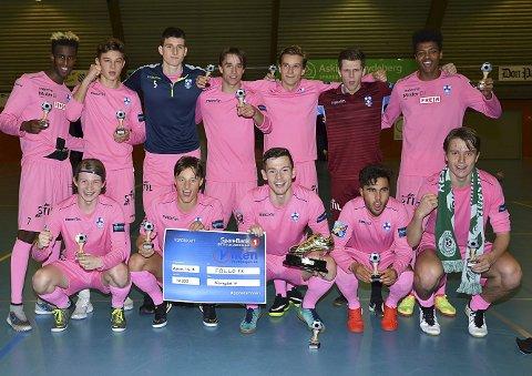 VINNERLAGET: Follo vant turneringen etter seier på straffer mot Rakkestad. Hærlendingen Isak Heen Berge (fremst til høyre) spilte en sentral rolle på vinnerlaget.