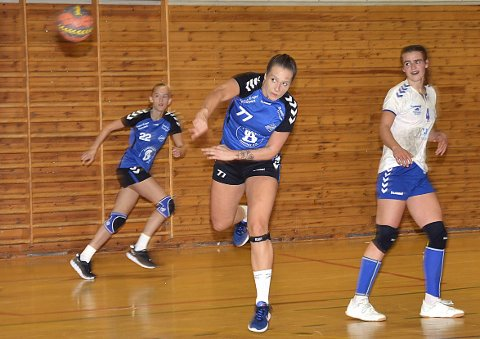 SCORER: Aurora Dons Tvedt har kommet seg fri og scorer i toppkampen Slitu/Trøgstad styrte hele veien.