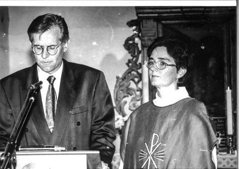 AUGUST 1993: Berit Øksnes ønskes velkommen som sogneprest i Skiptvet. Knut Bjørnstad tar ordet som leder i menighetsrådet. ARKIVFOTO