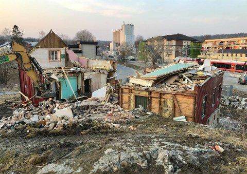 Nå rives huset i Folkenborgveien. Bane Nor skal bygge ny parkeringsplass her.