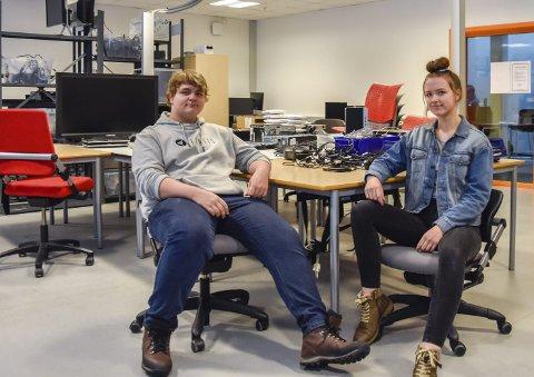 DATALAB: Sondre Alexander Syversen (16) og Tilde Wahl Hansen (16) i skolens egne datalab.