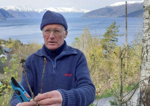 INTERESSERT I NATUREN: Jens Brekke følgjer med på kva som skjer i naturen.