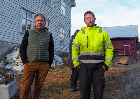 ROS: Hafslobonde Claus Moe (t.h.) får ros frå Tine ved rådgjevar Jo Helge Sunde for å satsa på mjølkeproduksjon heile året.