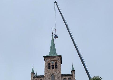 Fredag ble det utført inspeksjon på spiret på Svelvik kirke. Det tilter litt mot øst.