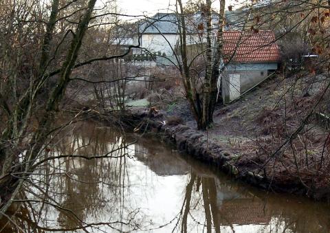 Bygging av ny dobbelthall og svømmehall kan føre til store inngrep langs Leirkup/Lilleelva. Mye vegetasjon kan bli hugget ned for å sikre området mot erosjon og ras. Foto: PD