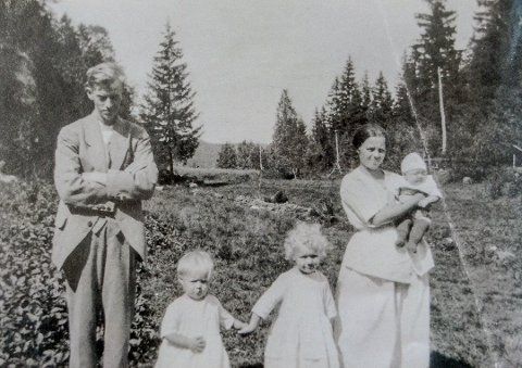 TYRANNI: Maren Tomine Jensen levde i et ekteskapelig helvete i tolv år før hun til slutt drepte mannen sin, Karl Johan Jensen, i 1929. Dette familiebildet med de tre døtrene må være tatt i begynnelsen av 1922. Senere fikk de også to sønner. Foto: Privat