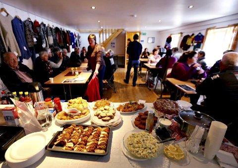 Intenasjonalt bord og tekstilutstilling på Rangøya for to år siden. Til helga er det klart for et nytt kulturtreff på Averøy. Foto: Harald Rangøy