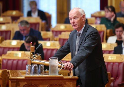 – Dette skaper en situasjon hvor vi ikke har oversikt over kostnadene, sier Per Olaf Lundteigen (Sp) i en kommentar etter at helse- og omsorgsminister Bent Høie hadde svart på hans spørsmål i spørretimen onsdag.