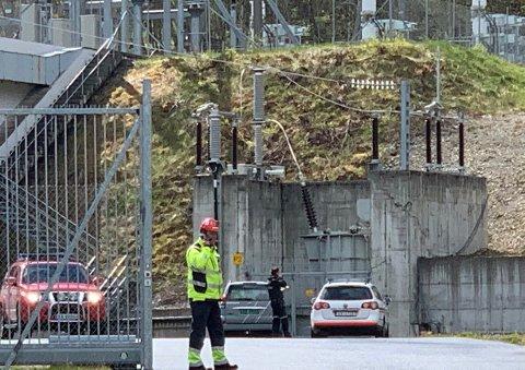 Brannvesenet melder søndag at det er kommet melding om eksplosjon med påfølgende røykutvikling i kraftverket på Sjølseng på Sunndalsøra
