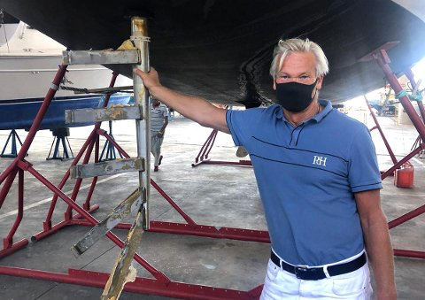 Svein Waagbø fikk se seilbåten sin igjen på et verksted i Funchal for noen uker siden. Forrige gang han så den var fra et redningshelikopter 270 nautiske mil fra land. Her står han ved roret som havarerte 26. mars.