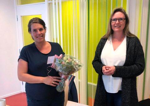 TERMIN: Vaksinekoordinator Gunn Heidi Ansnes i Surnadal er no ute i svangerskapspermisjon, og fekk tysdag velfortjent blomster overrekt av kommunasjef Gunhild Eidsli.