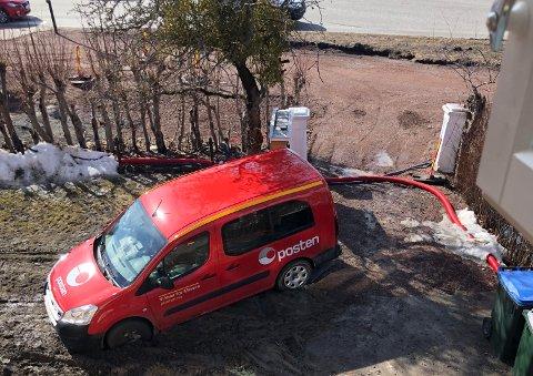 BOM FAST: Bilen ble sittende fast i gjørma.