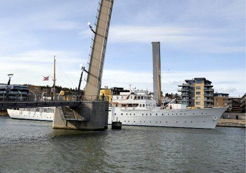 PÅ BESØK: Kronprinsparet kommer på besøk til Vestfold med kongeskipet «Norge». Her er det avbildet da kongen og dronningen besøkte Tønsberg i 2012.