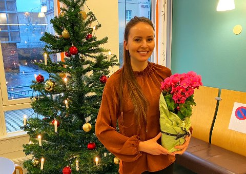 """JULEGLEDE: Ragnheidur Ravnaas Vernhardsdottir mottar Julegleden for hennes """"Sokkekonkurranse"""" som har spredt mye smil og glede ved sykehuset i adventstiden."""