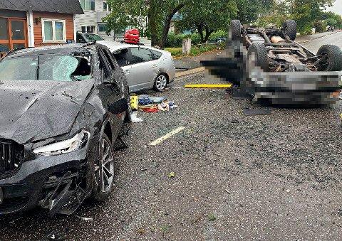 ALVORLIG: Det var store materielle skader på bilene som var involvert i ulykken.