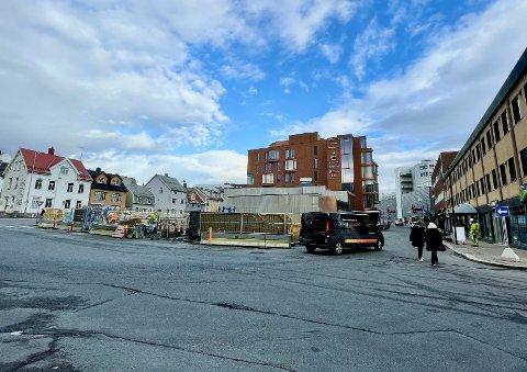 Den travle gata forbi byggeplassen må stenges i forbindelse med bygging av kran. Foto: Stian Saur