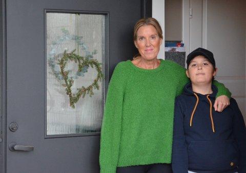 SLITSOMT: Anne Johansen forteller om en slitsom periode med koronasmitte i hjemmet. – Vi har ikke alt for mange rom i huset, så vi har vært mye i hagen de siste ukene og benyttet oss av finværet, sier hun. Her er hun sammen med sønnen Henrik (9).