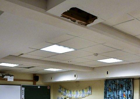Ikke engang dekket til: Hull i taket etter en vannlekkasje i rommet til førsteklasse.
