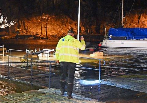Ansatte i Tvedestrand kommune holdt situasjonen under oppsikt i natt. Her sjekkes vannstranden i havna. Foto: Skibsaksjeselskapet Hesvik.