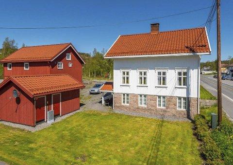 Sentralt: Husene ligger like ved fylkesveien i Myra, vis a vis Esso-stasjonen. Foto: Niklas Larsson