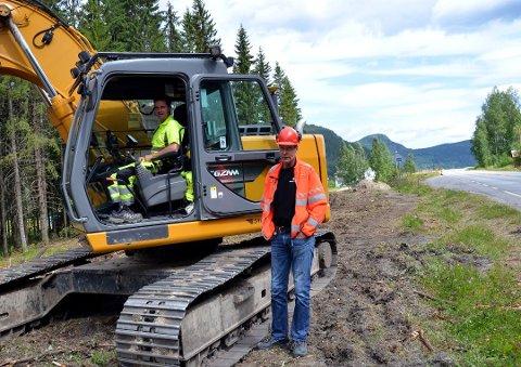 Begnadalen: Svein Strandbråten i gravemaskinen og Vidar Odden fra Statens vegvesen var i gang med arbeidet med den nye gang- og sykkelvegen langsmed E16 i Begnadalen.