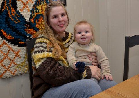 Cecilie Sørli med vesle Ulrik (seks månader) på fanget.