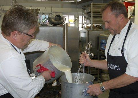 50/50 mjølk og rømme: Med ei slik blanding er det ikke rart rømmegrauten på Gomobu blir kraftig og god.