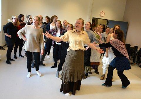 DET SITTER SNART. Under energisk og kyndig veiledning fra regissør Lisbeth Rønning begynner koreografien ta form. I forgrunnen Vilde Thunes Storelv, som fyrstikkfabrikkarbeideren Ragnhild.