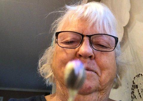 TIDLIGVÅRTEGN:Ragnhild Møien med blåveisknopp fra løypa inn mot Skredderud på Slattum.