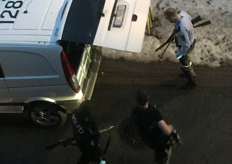 STORTBESLAG:Her bærer politiet ut våpen fra leiligheten på Nygård.