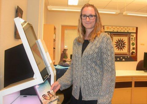 FLERE LÅNER MER: Biblioteksjef Linda Rasten i Vestby kommune registrerer at flere benytter seg av utlånsautomatene samt meråpenttilbudet ved biblioteket i Son.