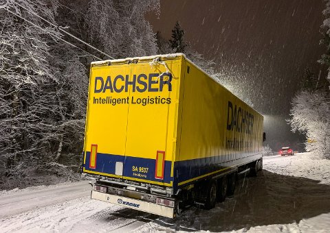 Trailertrøbbel: Dachser venter 16 vogntog inn i natt, og foreløpig står de første bom fast i bakken opp mot terminalbygget. Foto: Ivar Ruud Eide