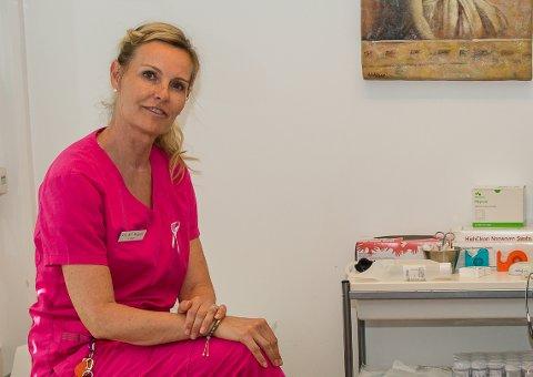 Kommuneoverlege Liv Bertheussen Tangløkken Hagen har ennå ikke registrert det store innrykket av forkjølelsespasienter, men forteller om stor pågang for å få influensavaksine.