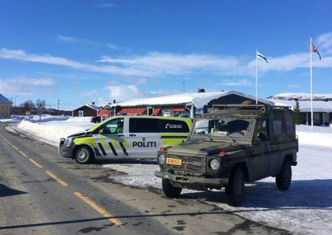 RIKSGRENSA: Slik så det ut i mars. Politiet i Røros og Holtålen har fortsatt vakthold ved Vauldalen tollsted.